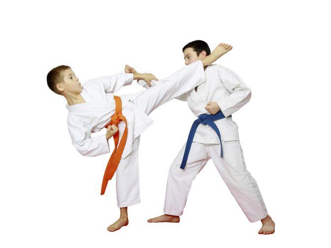 دو پسر در حال مبارزه کاراته
