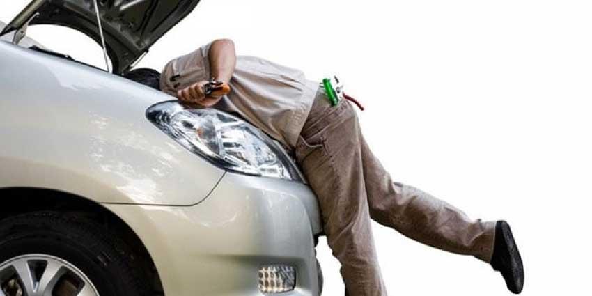 در حال تعمیر استارت خودرو