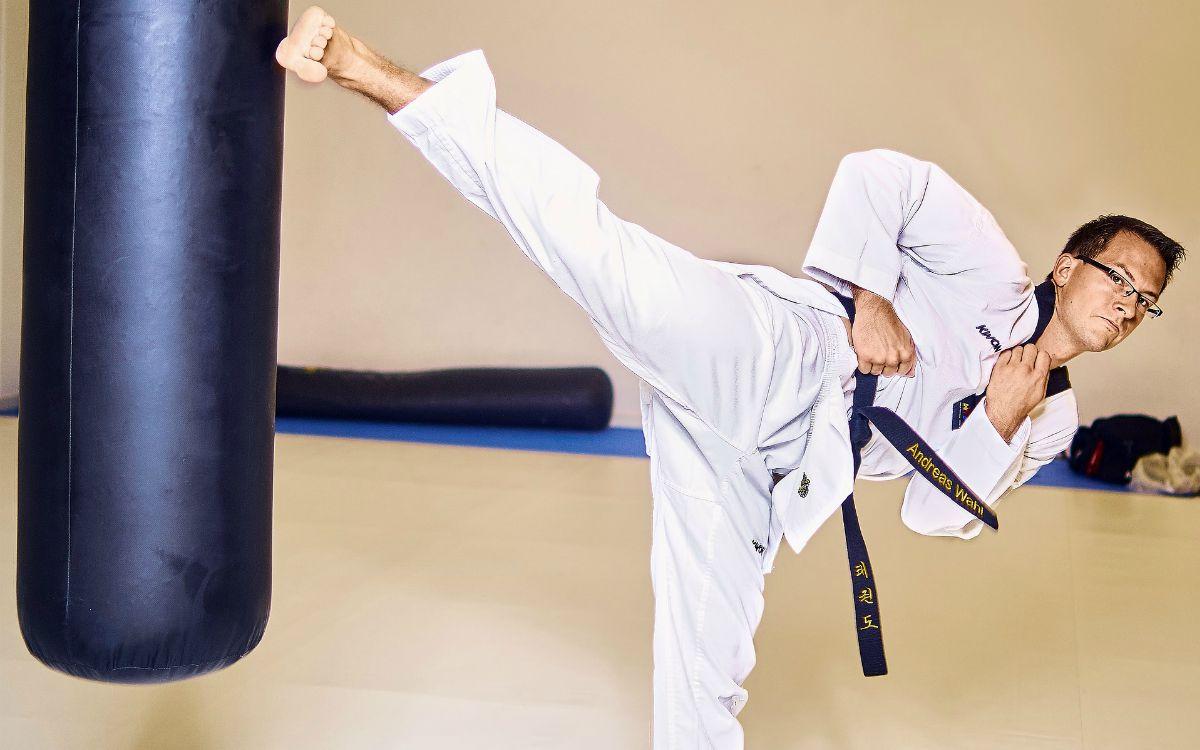 C:\Users\Danei\Desktop\saman joon\axx\taekwondo-fight-box-kick-leg-Self-Defense-Martial-Arts-pb.jpg