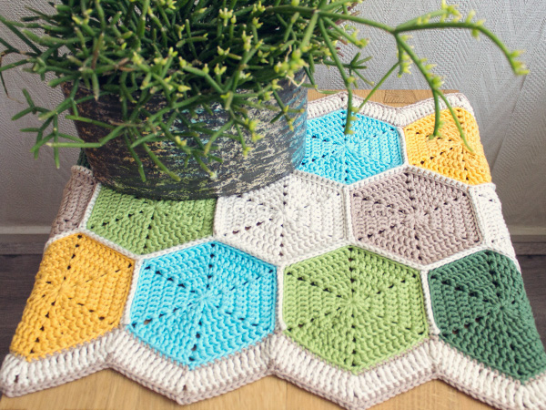 https://cdn.tutsplus.com/craft/uploads/2013/06/marinke-hexagon-tablerunner-finished-shoot3.jpg