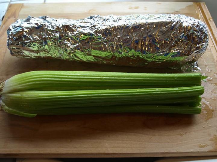28 Food Storage Hacks - Wrap celery in tin foil.
