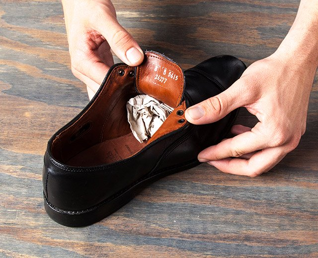 How Shine Your Shoes: Step 2. Fill your shoe.