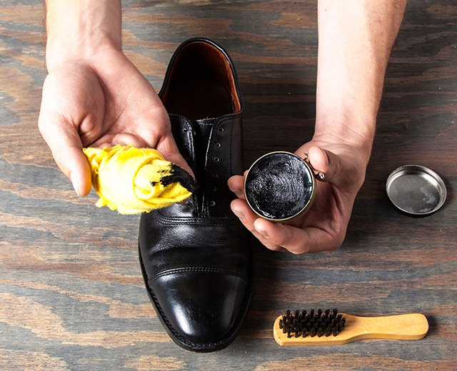 How Shine Your Shoes: Step 4. Apply polish.