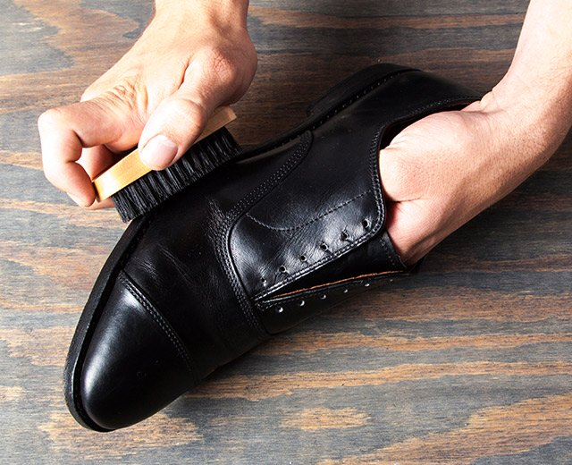 How Shine Your Shoes: Step 6. Buff.