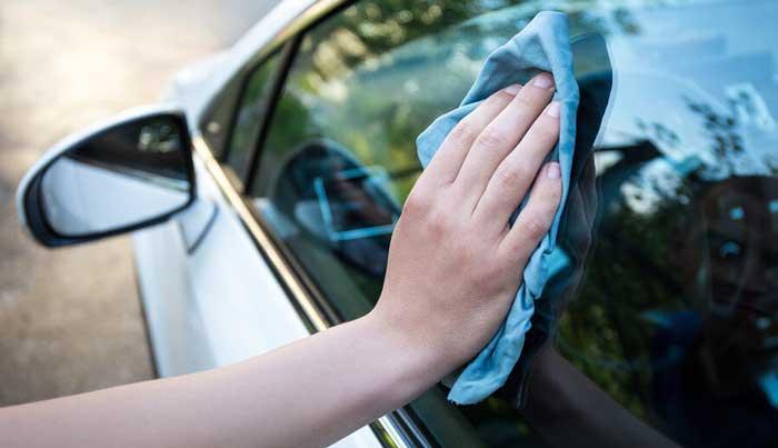 نحوه ی تمیز کردن شیشه و آینه خودرو