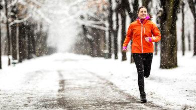 خانمی در حال دویدن در هوای سرد